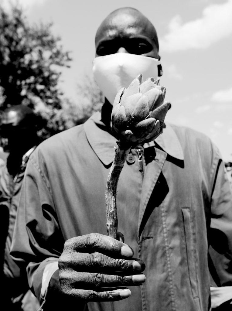 """Il 21 maggio è stata una giornata di sciopero e protesta nelle campagne del foggiano, al grido di """"Uguale lavoro, uguale salario"""".   Una protesta contro le condizioni di lavoro e soprattutto contro la precarietà giuridica che obbliga migliaia di persone a vivere in bilico ed in attesa, impossibilitati a programmare il proprio futuro poiché incerti anche sul domani.   La pandemia ha reso innegabile il contributo fondamentale dei lavoratori migranti per il settore agro-industriale italiano. Ma fintanto che gli esseri umani   saranno concepiti solo in relazione alla loro utilità produttiva sarà improbabile un miglioramento delle condizioni di vita e lavoro.   Nelle campagne del Sud Italia, l'idea dell'Europa come terra di possibilità sbiadisce, trasformandosi gradualmente nella rappresentazione del fallimento  del progetto migratorio. Terre di emigrazione, già marginali, si trasformano in un bacino di compensazione, rifugio momentaneo per chi non ha altro luogo dove andare, in un'Europa che si ostina a negare i """"diritti degli altri"""".   Per i lavoratori di origine africana si aggiunge inoltre un ulteriore elemento, spesso ignorato ma evidenziato da Soumahoro durante lo sciopero. La """"razializzazione"""": non sono solo lavoratori migranti sfruttati, ma soggetti razzializzati, con tutte le conseguenze che ciò comporta in termini di esclusione sociale e discriminazione.   Lo sciopero del 21 maggio non è stata la prima occasione di lotta e denuncia dei braccianti migranti e non sarà l'ultima. Ma solo un movimento coeso, non frammentario né orientato a personalismi potrà avere la forza necessaria per portare un cambiamento radicale nelle condizioni di vita e lavoro dei braccianti migranti e più in generale nel riconoscimento della dignità delle persone migranti in Italia."""